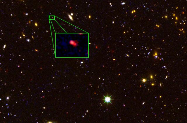 Столь далёкие галактики невидимы для оптических телескопов, поэтому их изучают с помощью приборов, фиксирующих ближнее инфракрасное излучение (фото V. Tilvi, S.L. Finkelstein, C. Papovich, CANDELS Team, Hubble Space Telescope/NASA).