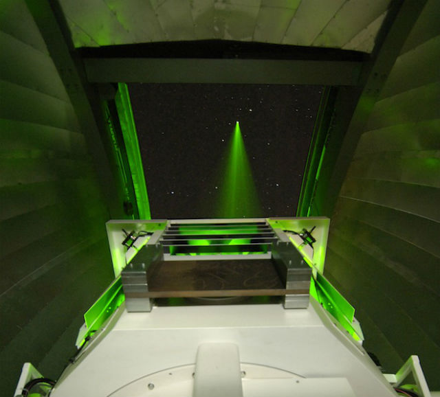 """Терминал в лаборатории OCTL """"стреляет"""" лучом лазера по Луне (иллюстрация NASA)."""