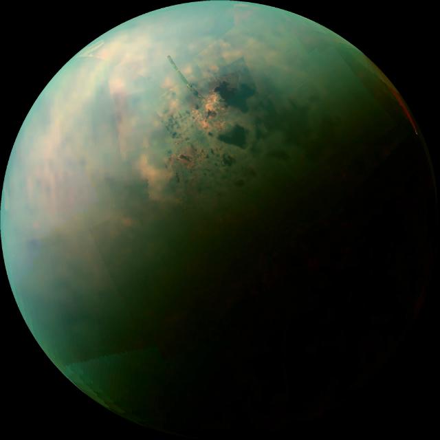 Условная цветная мозаика, созданная с помощью инфракрасных данных аппарата Cassini, показывает разнообразие поверхностных материалов вокруг углеводородных озёр Титана (иллюстрация NASA/JPL-Caltech/University of Arizona/University of Idaho).