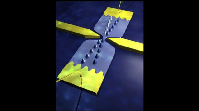 """Крошечные электронные волны (показаны здесь в виде пиков) распространяются по """"морю"""" электронов, пробегая от одного электрода к другому (иллюстрация Nanoelectronics SPEC CEA Saclay)."""
