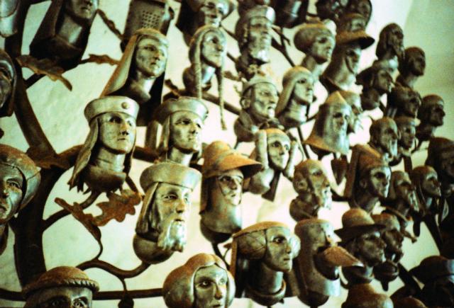 Несмотря на то, что изучение родословной может помочь определить некие закономерности наследования признаков, некоторые учёные не советуют углубляться в давние времена, так как современные люди часто приписывают себе благородное происхождение и путают данные (фото Nige Harris/Flickr).