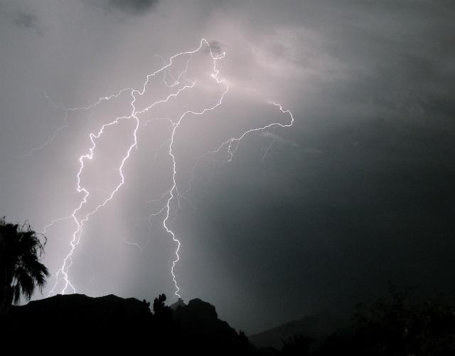 Частые удары молний способны сломать высокогорные пики (фото Omer Wazir/Flickr).