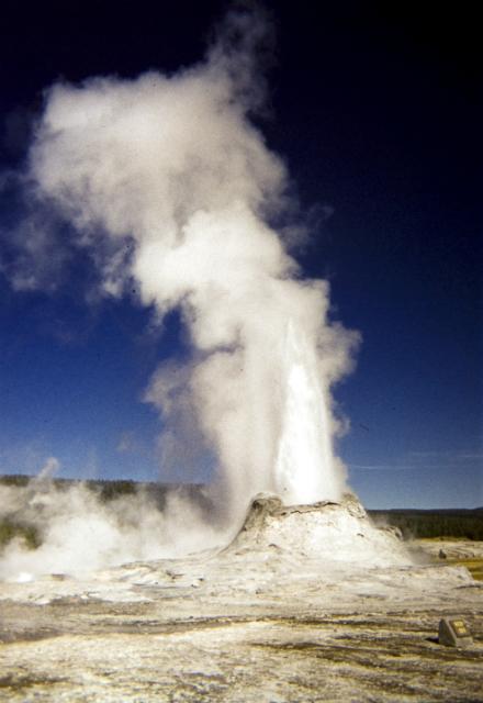 Гейзер Замок в Национальном парке Йеллоустон – проявление гигантского резервуара магмы, которой, как оказалось, в два раза больше, чем считалось ранее (фото Dwight Sipler/Flickr).