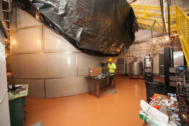 Детектор LUX находится в подземной лаборатории, что практически исключает возможность попадания в него космических лучей (фото Matt Kapust, Sanford Underground Research Facility).