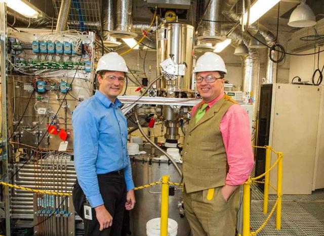 Сотрудники проекта LUX — Дэн МакКинси (слева) и Рик Гайтскелл (справа) (фото Matt Kapust, Sanford Underground Research Facility).