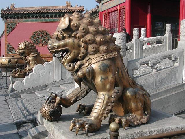 Многотонные каменные глыбы для изготовления статуй везли в Запретный город издалека (фото Allen Timothy Chang/Wikimedia Commons).