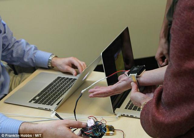 Цель нового терморегуляционного браслета − уменьшение счетов за электричество, ведь он нагревает человека, а не помещение (фото MIT).