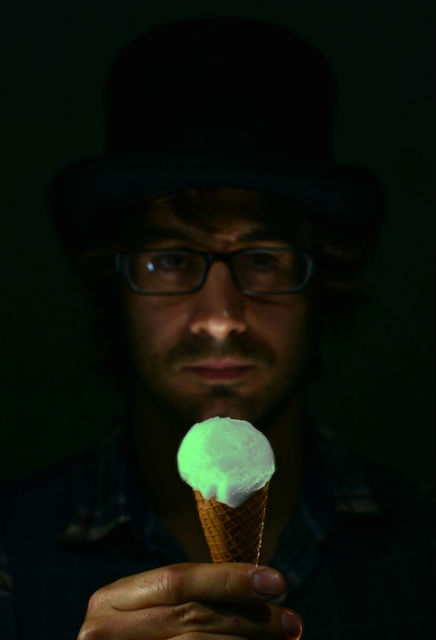 Белок вступает в реакцию с кальцием при нейтральном pH, из-за чего начинает светиться (фото Lick Me I'm Delicious).