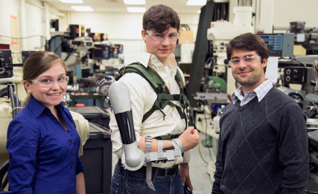 Titan Arm может быть использована для реабилитации людей, которые по каким бы то ни было причинам вынуждены заново учиться управлять конечностями (фото James Dyson Award).