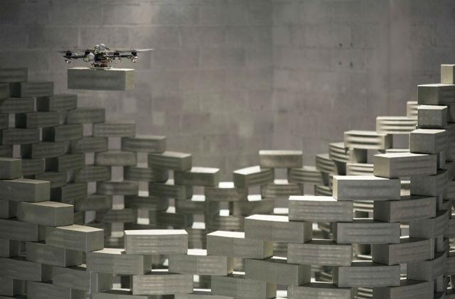 Помимо плетения сетей команда изобретателей учит беспилотники строить башни из кирпичиков пенопласта. Постройки, к слову, требуют высокоточной работы дронов (фото Franсois Lauginie).
