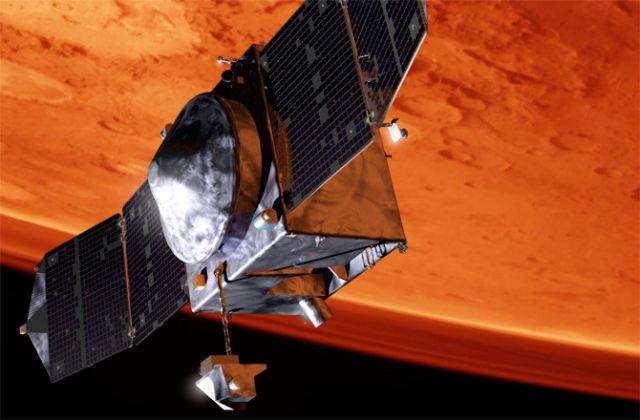 Корпус зонда представляет собой куб со стороной 2,4 метра, а длина всего аппарата вместе с развёрнутыми солнечными батареями составляет 11,4 метра. Весит исследовательский зонд  2454 килограмма (иллюстрация NASA/GSFC).