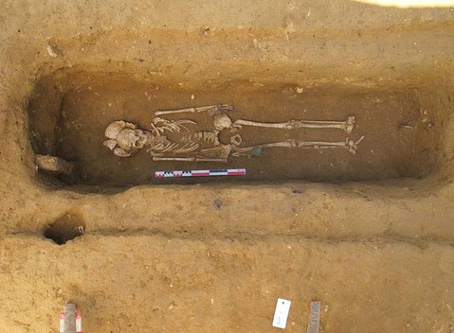 Останки знатной женщины, вместе с которыми были обнаружены зеркало и украшения (фото Clément Feliu/Inrap).