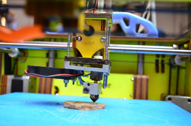3D-принтер создаёт объекты послойно, но печатать слишком мелкие структуры не способен (фото Subhashish Panigrahi/Wikimedia Commons).