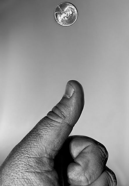 Когда вы подбрасываете монетку, в воздухе она несёт информацию об обеих сторонах сразу, но когда вы на неё посмотрите, то получите информацию лишь об одной стороне (фото Jeff Golden/Flickr).