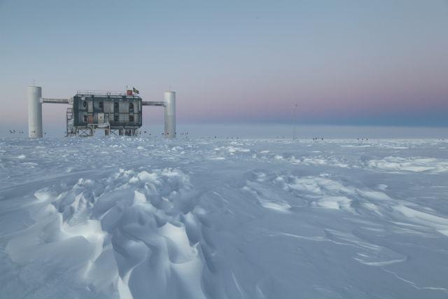 Нейтринная обсерватория IceCube расположена на глубине полутора километров подо льдами Антарктиды (фото IceCube/NSF).