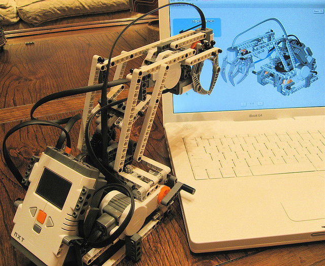 Денно и нощно ждать пятницу за рабочим столом скоро будут роботы (фото Steve Jurvetson/Flickr).