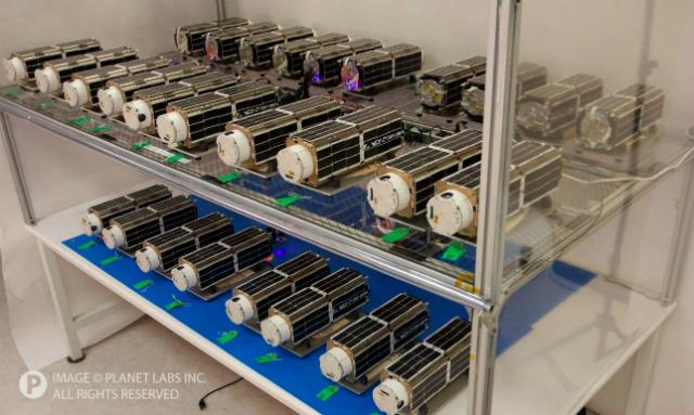 28 будущих спутников Земли, которые войдут в состав планетарной лаборатории Flock 1 (фото Planet Labs).
