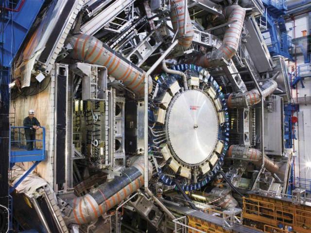 Детектор ATLAS, открытый во время недавней технической остановки (фото Maximilien Brice/CERN).
