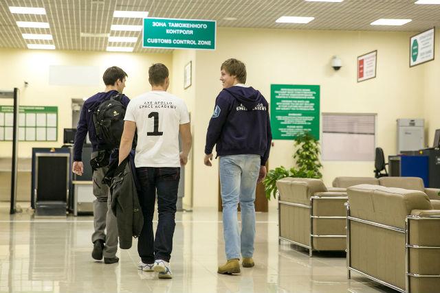 Пройдя испытание журналистами и поклонниками, ребята отправились в VIP-зал аэропорта