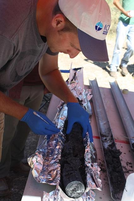 Исследование керна, полученного в результате бурения грунта (фото Matt Schrenk/Michigan State University).