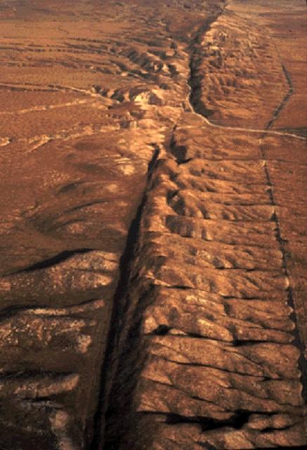 Учёные полагают, что жизнь могла зародиться миллиарды лет назад в тектонических разломах (фото USGS/Wikimedia Commons).