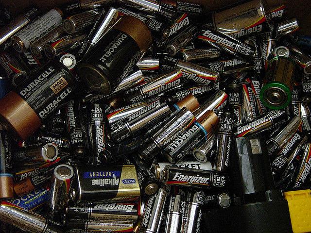 Литиево-ионные аккумуляторы весьма распространены на рынке, но из-за того что они содержат токсичный элемент — литий, использовать их внутри человеческого организма невозможно (фото Heather Kennedy/Flickr).