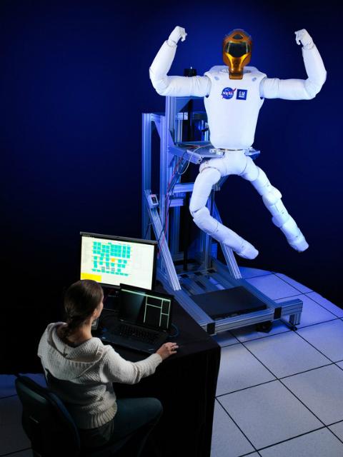 """""""Робонавт-2"""" сгибает свои недавно спроектированные ноги (фото NASA/JSC)."""