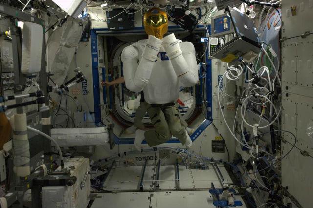 """Обитатели МКС уже пробовали приделать ноги """"Робонавту"""" самостоятельно (фото astro_luca/Twitter)."""