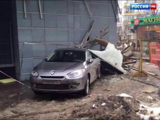 Сильный ветер обрушил крышу ТЦ на иномарку в центре Москвы