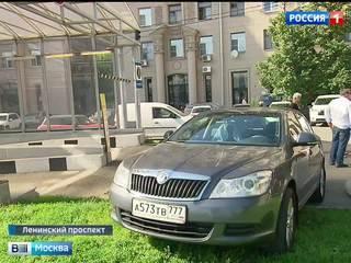 Жители дома на Ленинском проспекте мечтают о платной парковке в своем дворе