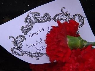 Москвичи несут цветы к посольству Турции. Европейские лидеры осуждают теракт
