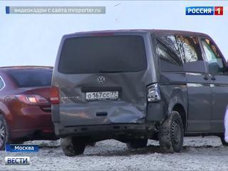 """ДТП на Николоямской набережной: пробив ограждение, """"Рено"""" повис над рекой"""