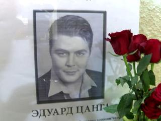 Поклонники несут цветы к Мариинке в память о любимом артисте