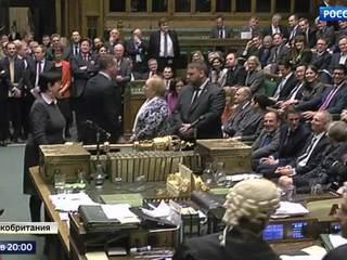 Поцелуи, фейк и бунт: Британия все ближе к разводу с Европой