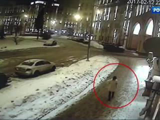 Женщина бросила новорожденного на улице. Видео