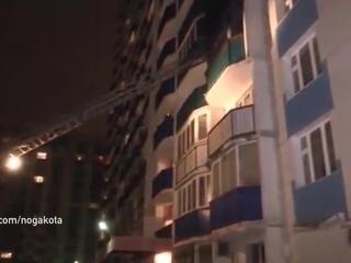 В Новосибирске загорелась высотка, жильцов эвакуировали через окна
