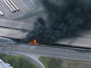 Сильный пожар на эстакаде в Атланте. Видео