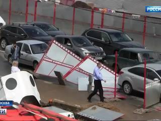 Покореженные щиты и поваленные деревья: в Москве убирают последствия грозы