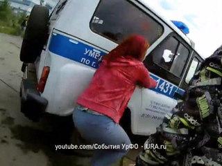 Челябинские дети закидали краской машину полицейских