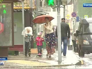 """Ураган в Москве срывает крыши и переворачивает """"ракушки"""""""
