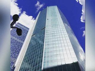 Человек-паук залез на высотку Москва-сити