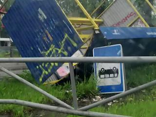 Капризы стихии: ураганом в Перми сдуло автобусную остановку