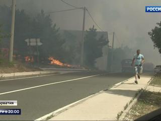 Средиземноморье в огне: турист спасается бегством