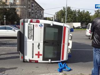 Карета скорой опрокинулась после ДТП на Ленинском