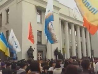 Митингующих у Рады в Киеве напугали салютом