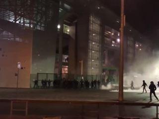 Во Франции фанаты проигравшей команды разгромили магазины и перевернули машины