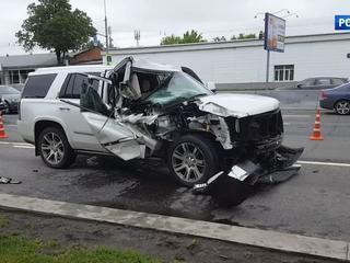 В Москве Cadillac протаранил грузовик