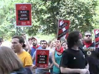 Протесты в Бостоне: полиции пришлось стать живым щитом