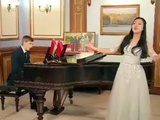Сын президента Белоруссии поздравил китайцев с Новым годом, сыграв на рояле
