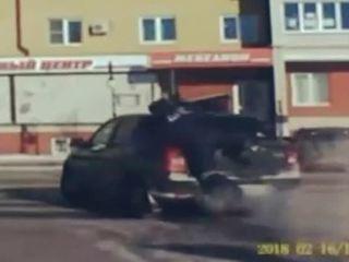 Инспектор ДПС поймал пьяного водителя, проникнув в машину на ходу
